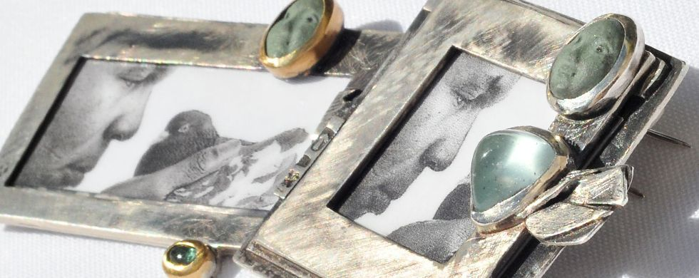Picture frame brooch/pins from the series 'Il mondo che vogliamo'. Silver, gold, aquamarine, porcelain.